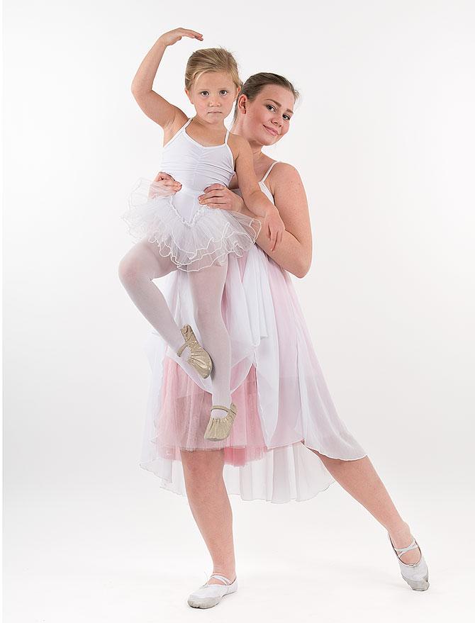 2 tjejer dansar balett