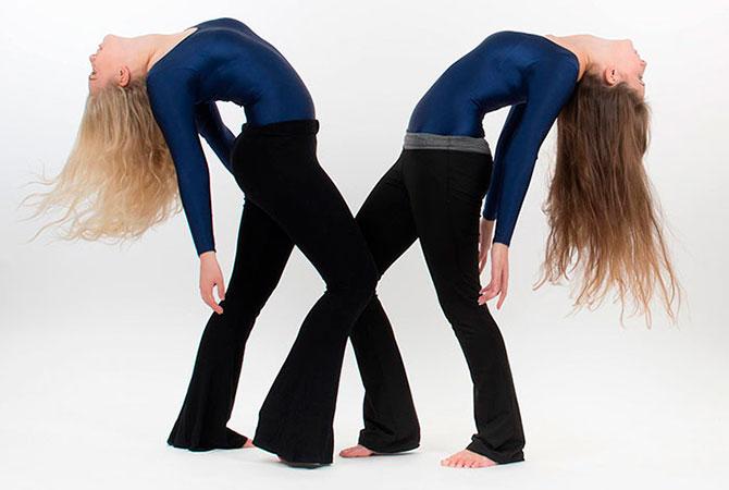 2 tjejer dansar showdans