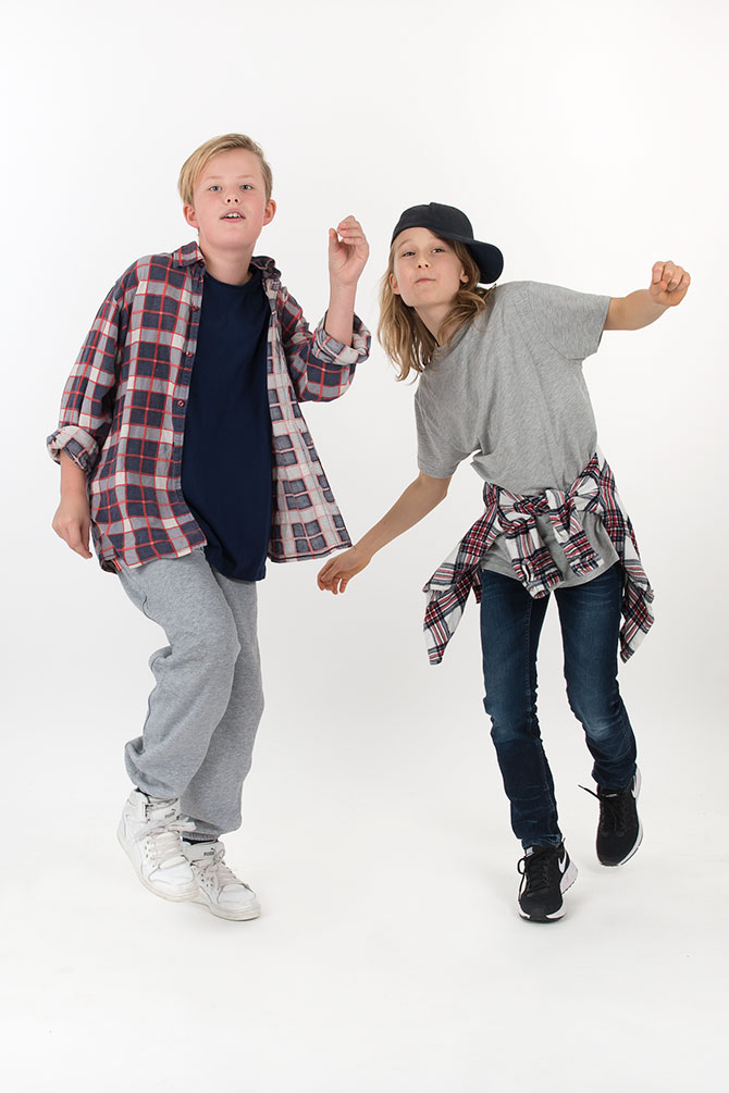 två killar dansar street
