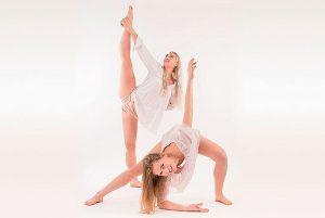 2 tjejer dansar