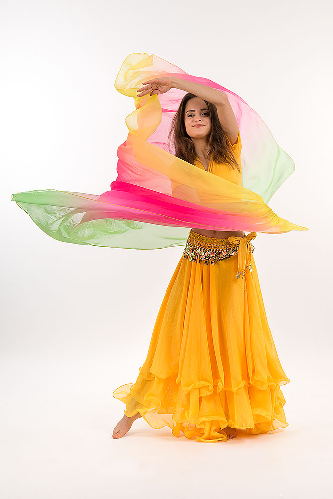 en tjej dansar orientalisk dans